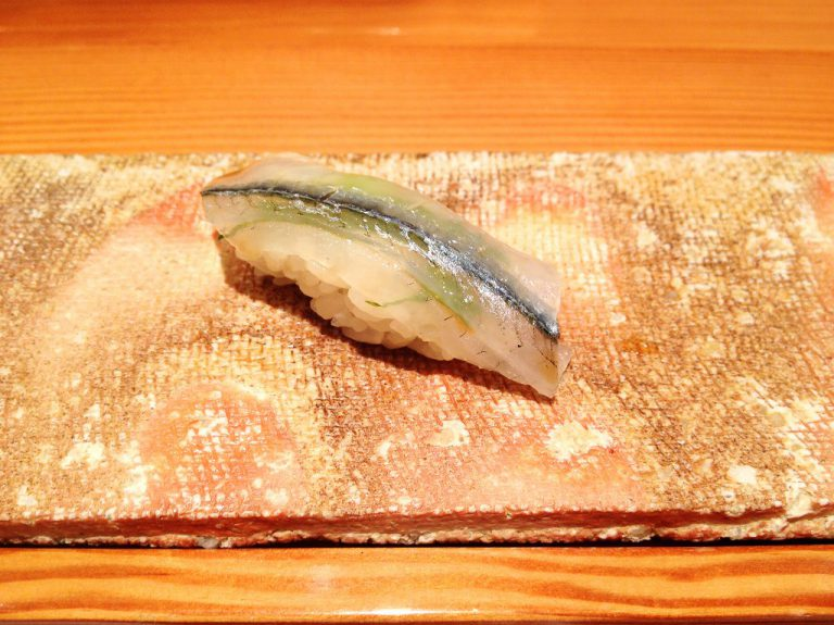 Saat mengesankan dari sebuah karya besar Sushi di Fukuoka