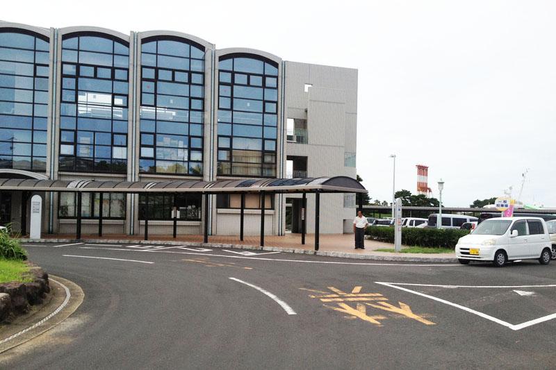 壱岐島の南西部にある郷ノ浦港のフェリーターミナルです。建物の前は車寄せ、タクシー乗り場になっています。