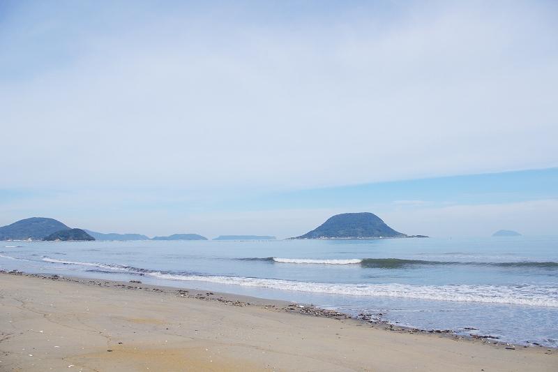 The beach faces Karatsu Bay. There is Takashima Island off the coast.