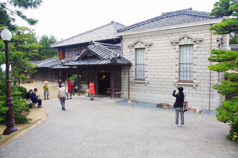 The former Takatori Residence in Karatsu was the home of Koreyoshi Takatori, who made his fortune in the coal industry. To the right of the Japanese-style house is a Western-style building with masonry walls.