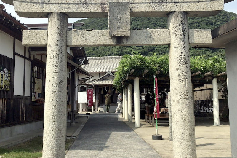 This is the Houtou Shrine in Karatsu, Saga Prefecture. The approach to the shrine stretches from the torii gate.