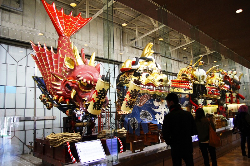 The floats used in the Karatsu Kunchi Festival are stored at the Hikiyama Exhibition Hall. They are in the shape of a sea bream, a lion, and a Japanese samurai helmet.