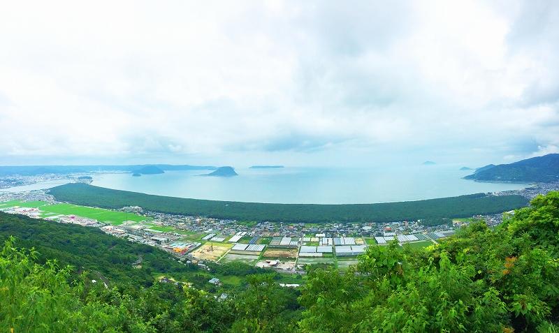 唐津湾と広い松林、虹の松原を、鏡山展望台から望みます。
