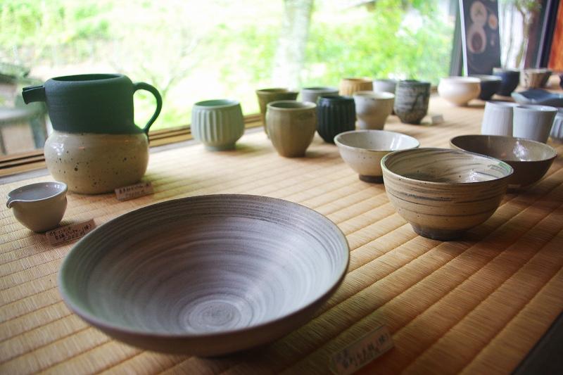 One of the Karatsu Ware, Ryuta-gama (Ryuta-kiln). Several types of Karatsu ware are on display, including bowls and teacups.
