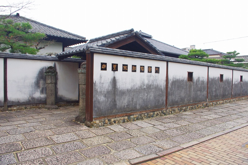 This is the exterior of Nakazato Taroemon Pottery of Karatsu ware. It is a Japanese-style building, surrounded by white walls.