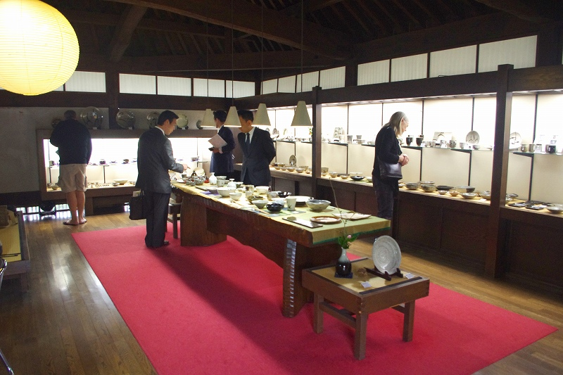 This is the showroom of Nakazato Taroemon of Karatsu ware. Teacups, bowls, and other Karatsu ware ceramics are on display and for sale.