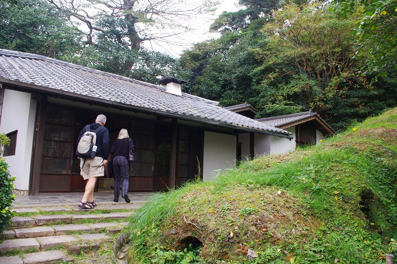 This is the exterior of the workshop of Nakazato Taroemon of Karatsu ware. The workshop is a one-story Japanese-style building.There is Noborigama (an ascending kiln) in front of the building, but it is not currently in use.
