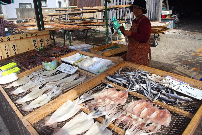 At the Yobuko fishing port, there are many places selling dried squid and flying fish that are dried on the spot.