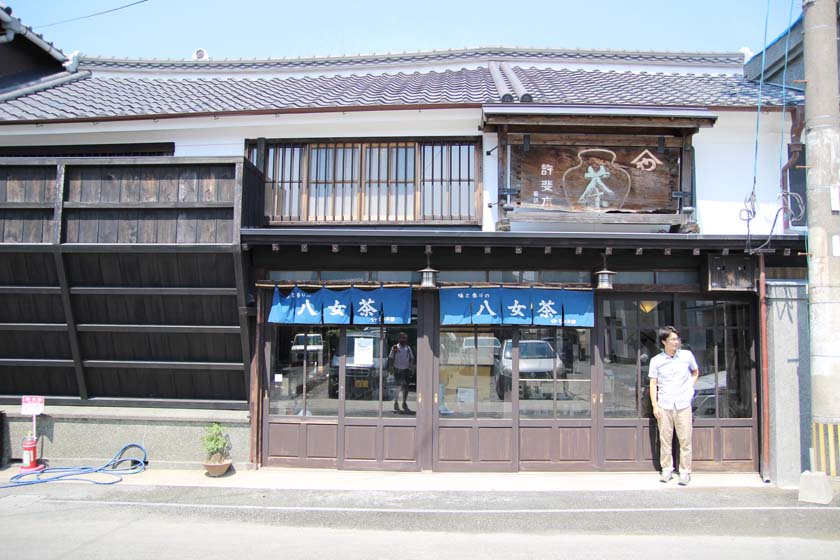 This is Yabeya Konomi Honke, a Yame tea store in Yame City. The building is a historic townhouse that has been around since the Edo period and is designated as a tangible cultural property of Yame City.