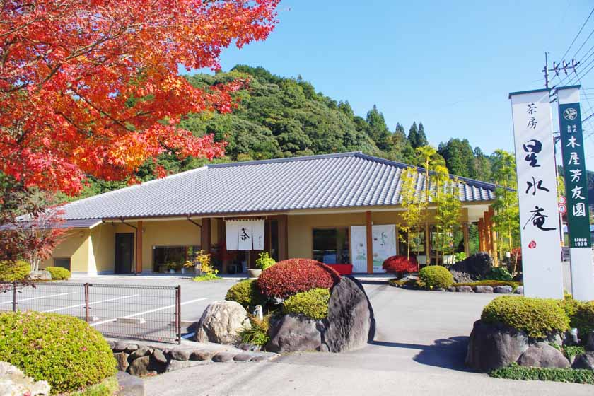 Seisui-an, the teahouse of Kiyahoyuen in Yame. It is a flat-roofed Japanese house, and the autumn leaves are turning red in the foreground.