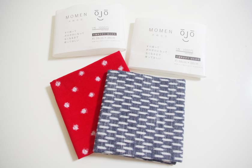 This is a Kurume Kasuri handkerchief I bought at Unagino Nedoko. On the left side, there is a small white circle on a red background. On the right is an arrow pattern in indigo and white.